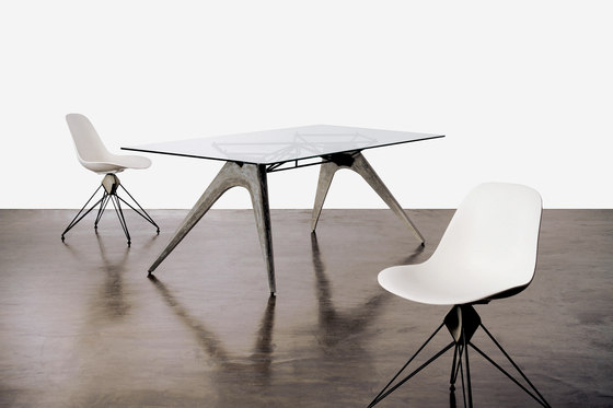 Kahn Trestle Dining Table di District Eight