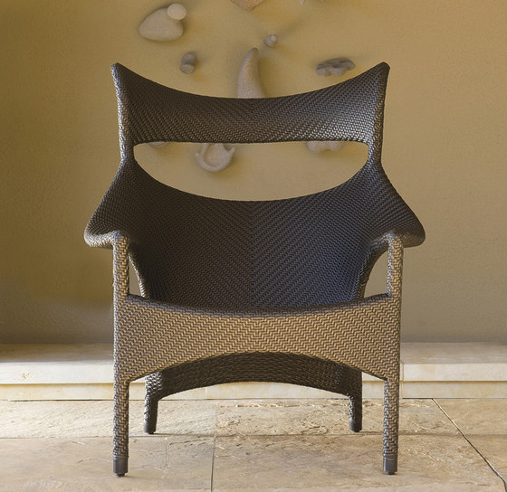 AMARI RATTAN HIGH BACK LOUNGE CHAIR de JANUS et Cie