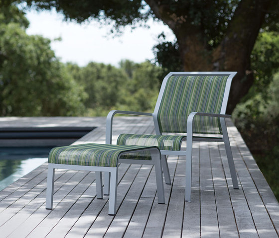 ZEPHYR CHAISE LOUNGE WITH ARMS di JANUS et Cie