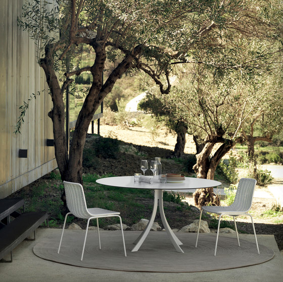 Falcata Outdoor round dining table di Expormim