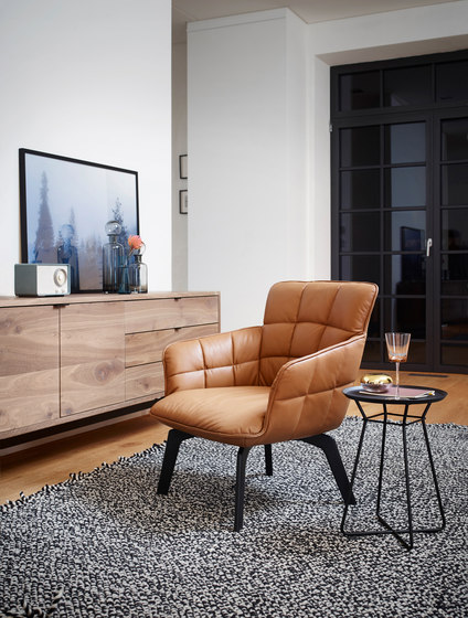 Marla | Armchair High with wooden frame de FREIFRAU MANUFAKTUR