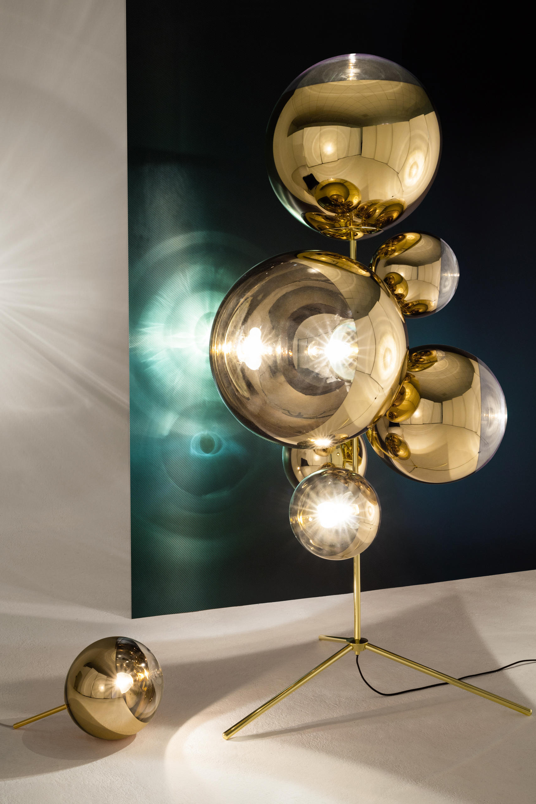 mirror ball gold stand chandelier general lighting from tom dixon architonic. Black Bedroom Furniture Sets. Home Design Ideas