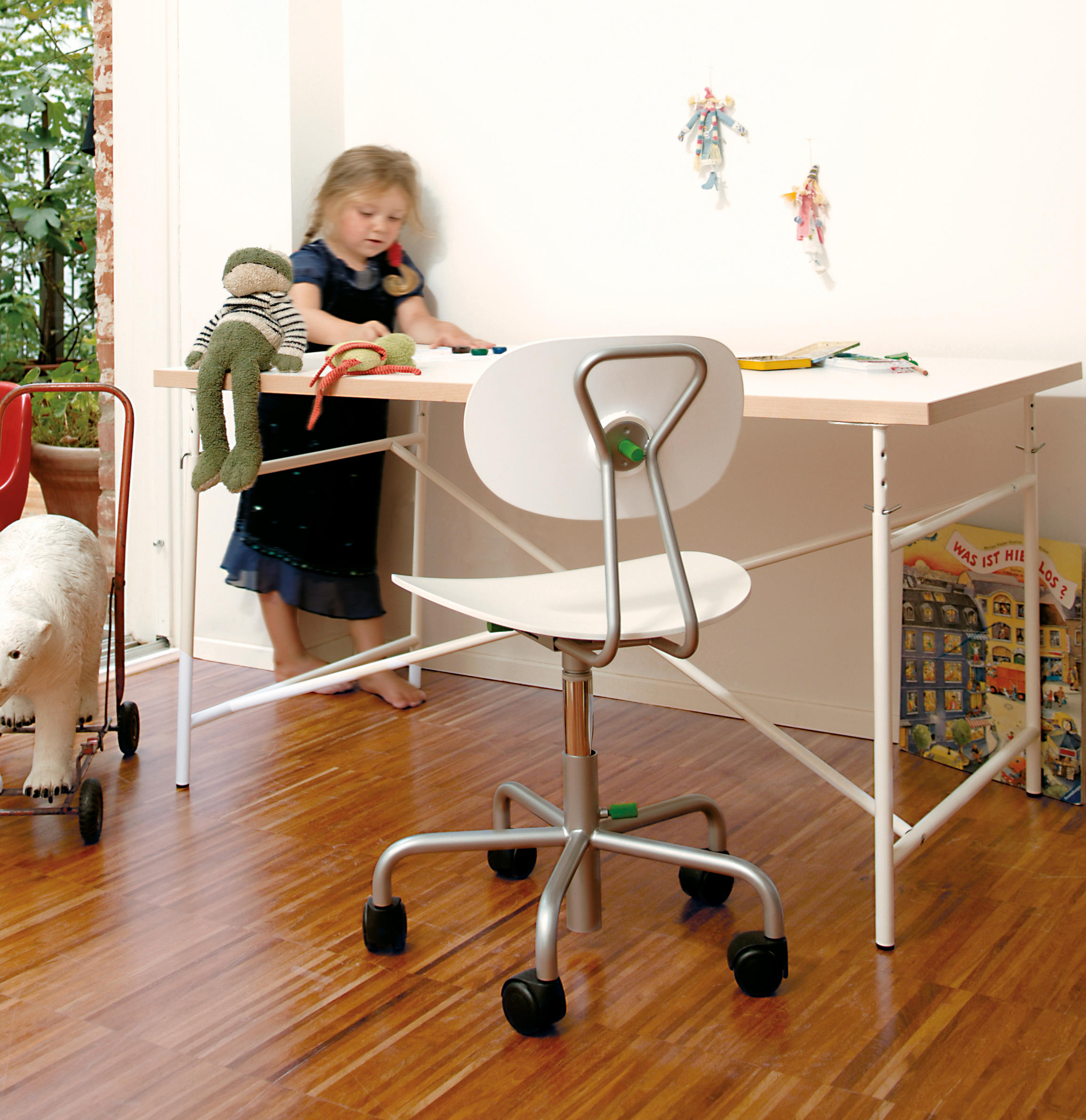 eiermann children 39 s desk zona para ni os de richard lampert architonic. Black Bedroom Furniture Sets. Home Design Ideas