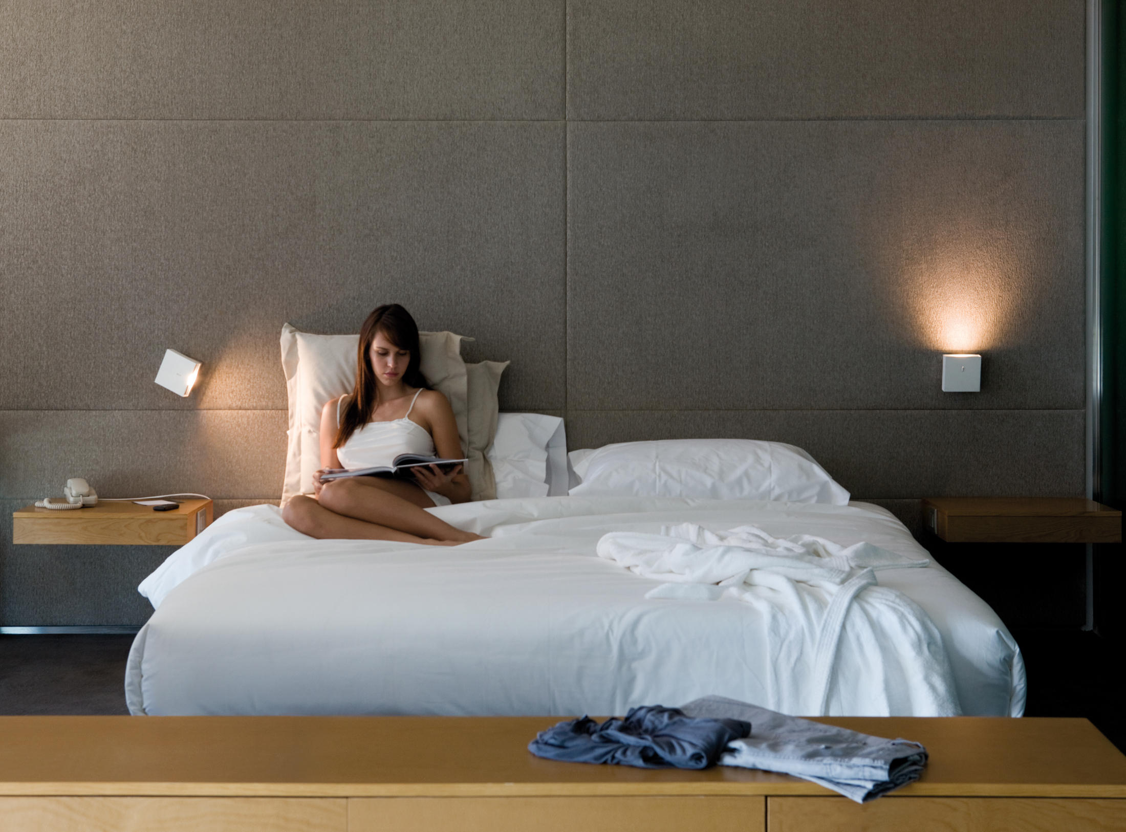 Alpha 7920 wall lamp wall mounted spotlights from vibia for Luci da comodino