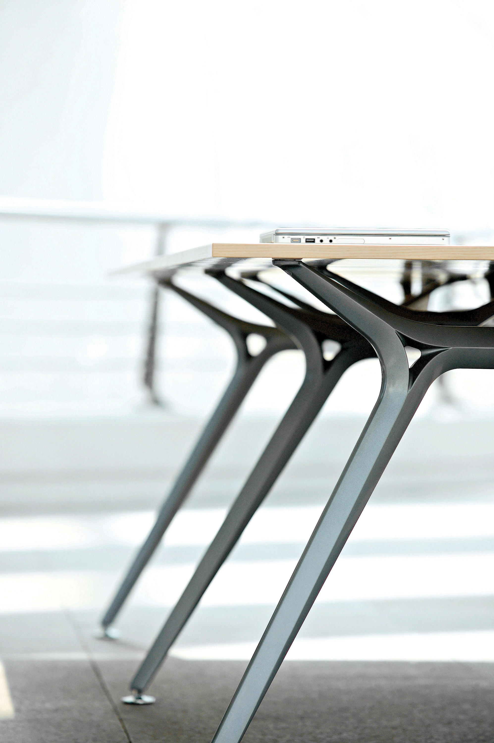 Arkitek reading study tables from actiu architonic for Arkitek design and model
