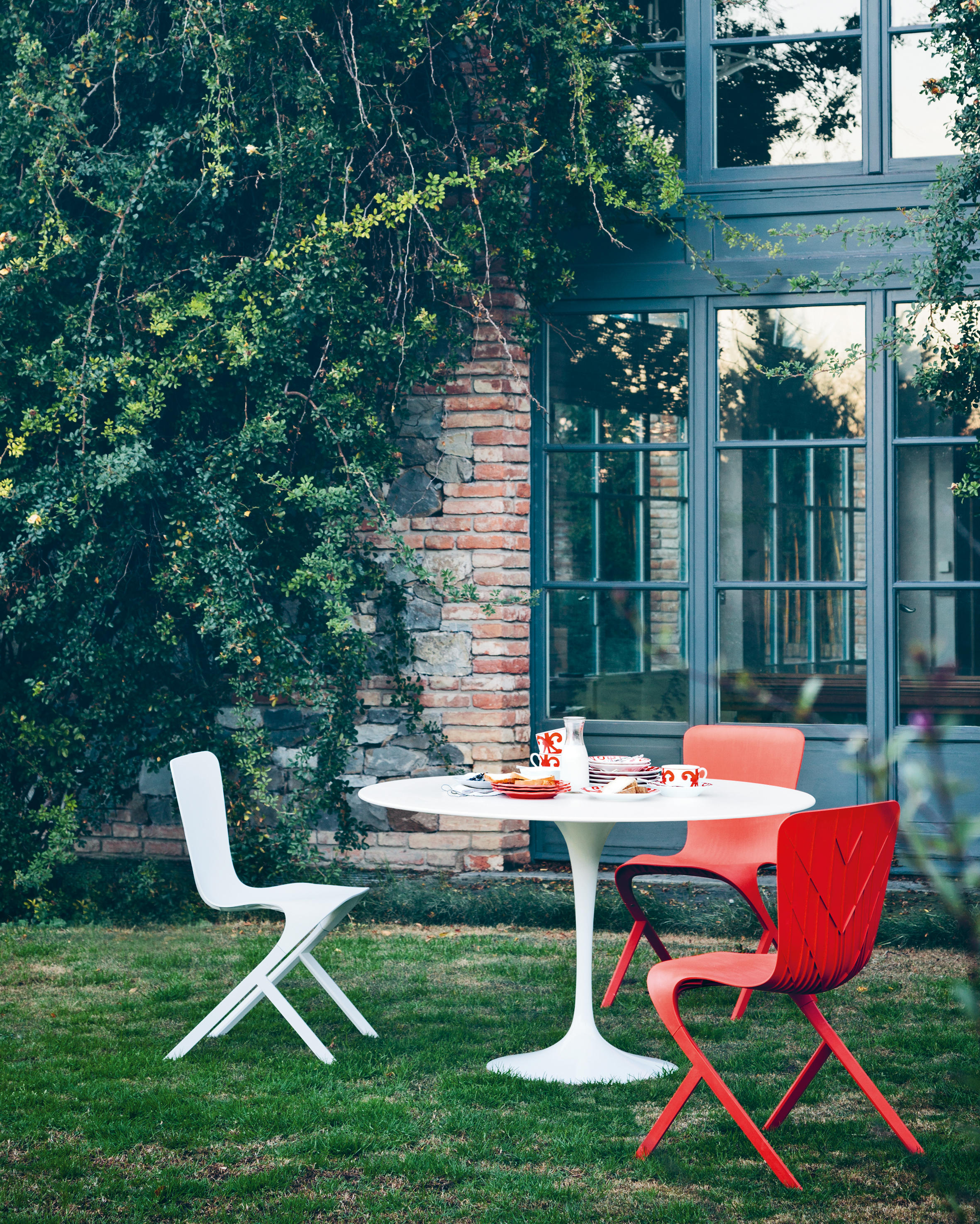 Saarinen tulip dining table dining tables from knoll for Chaise en polycarbonate
