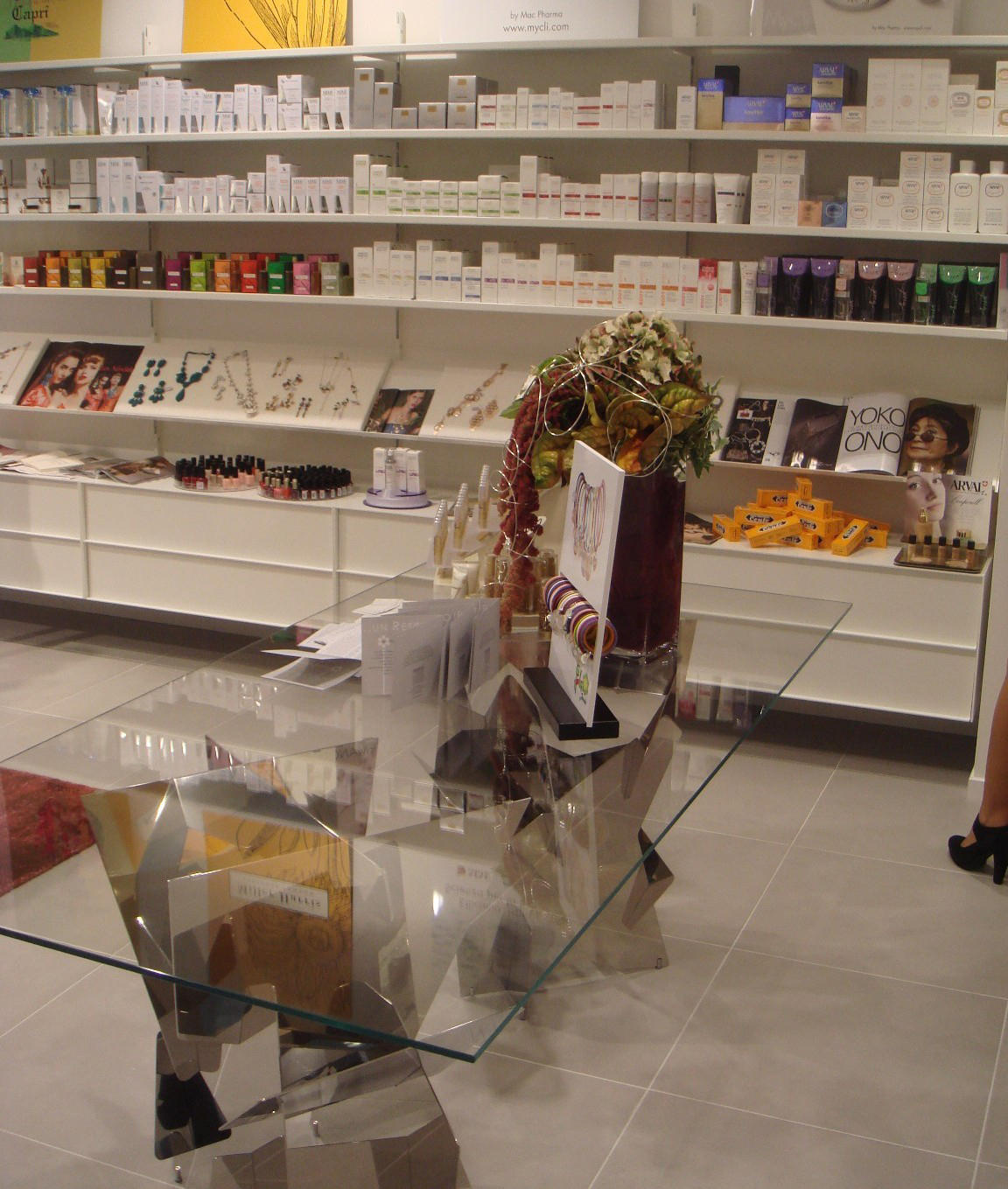Shopfitting display cabinets from ydf architonic for Arreda negozi shop