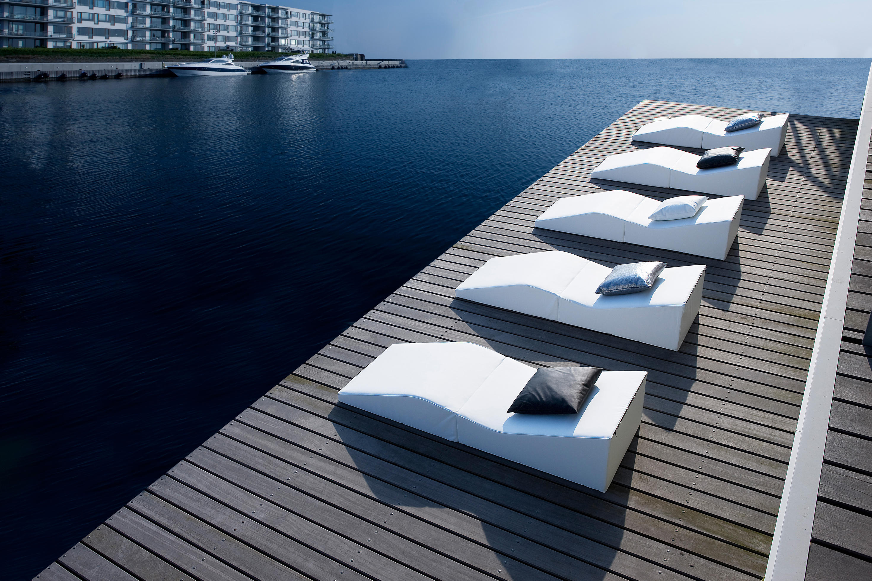Easy chaise longue sun loungers from softline a s for Chaise longue relax