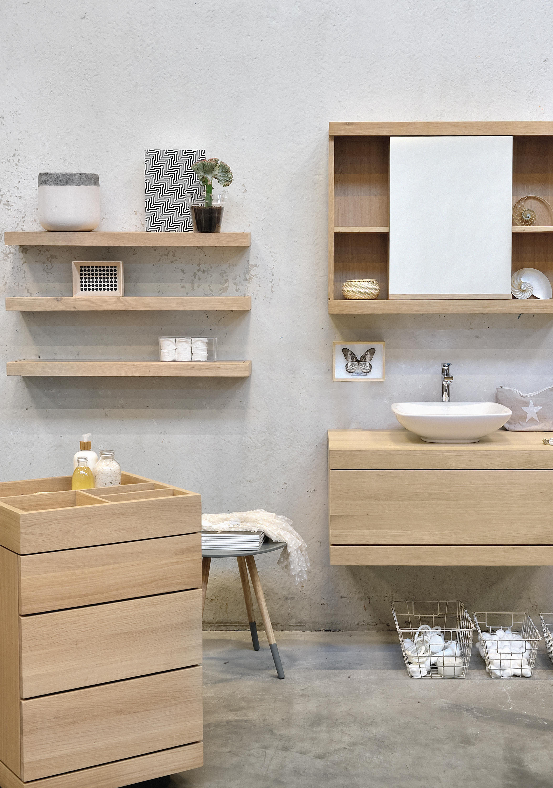 Oak dressing unit on castors portable storage units from for Etagere bois pour salle de bain
