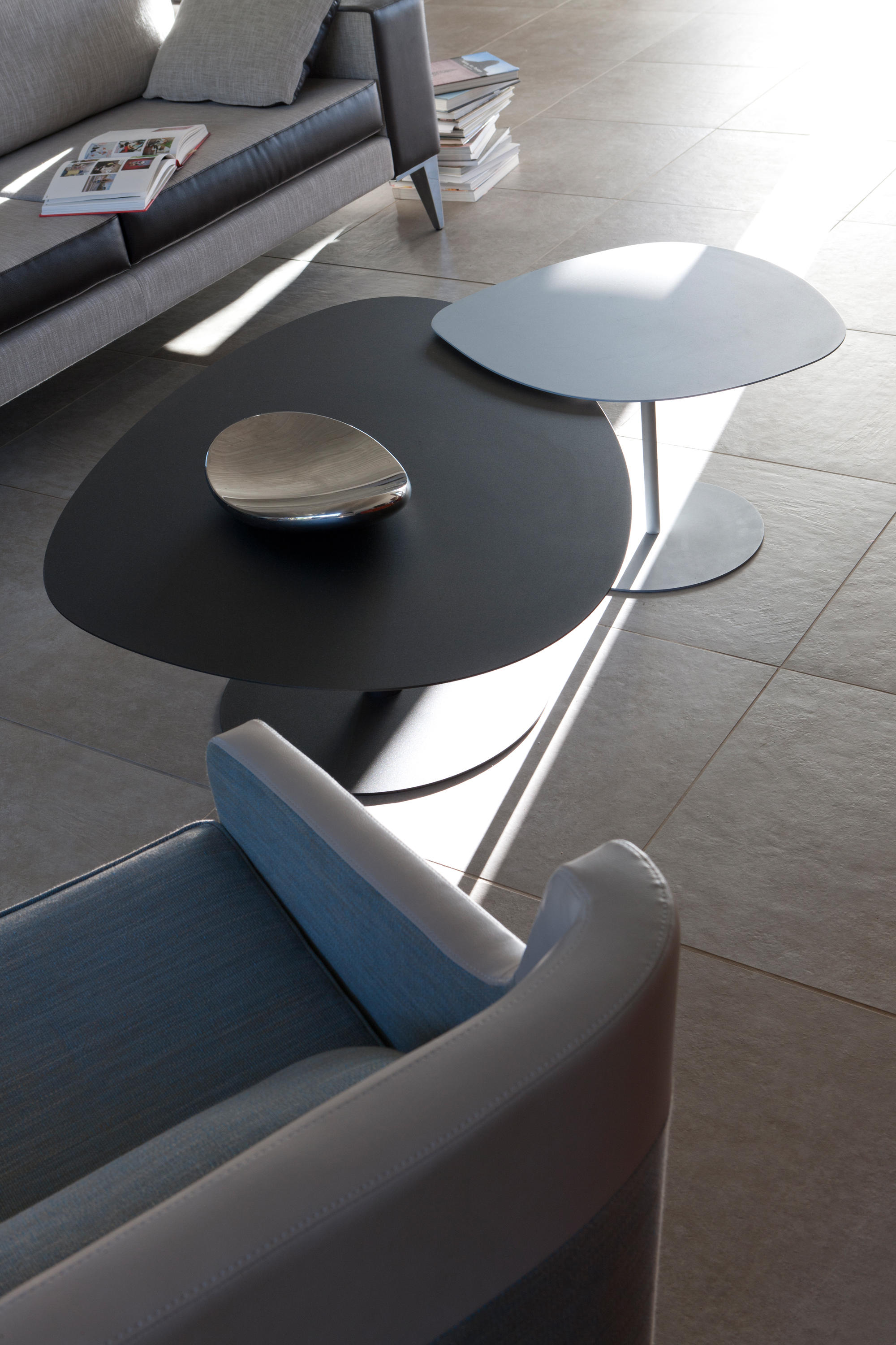 Galet table 1 coffee tables from mati re grise architonic for Table exterieur grise