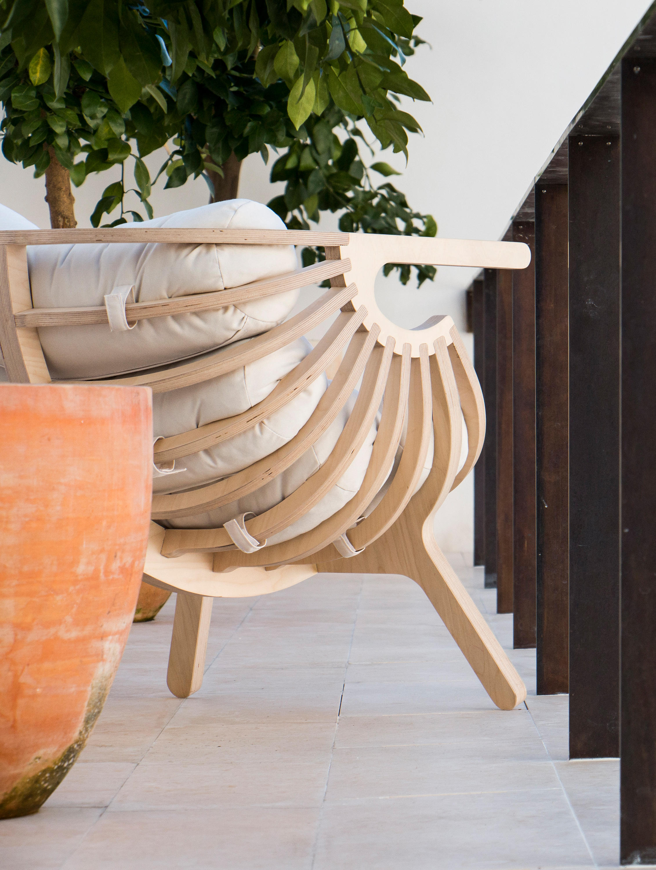 Shell chair lounge chairs from branca lisboa architonic - Fauteuil suspendu cocoon ...