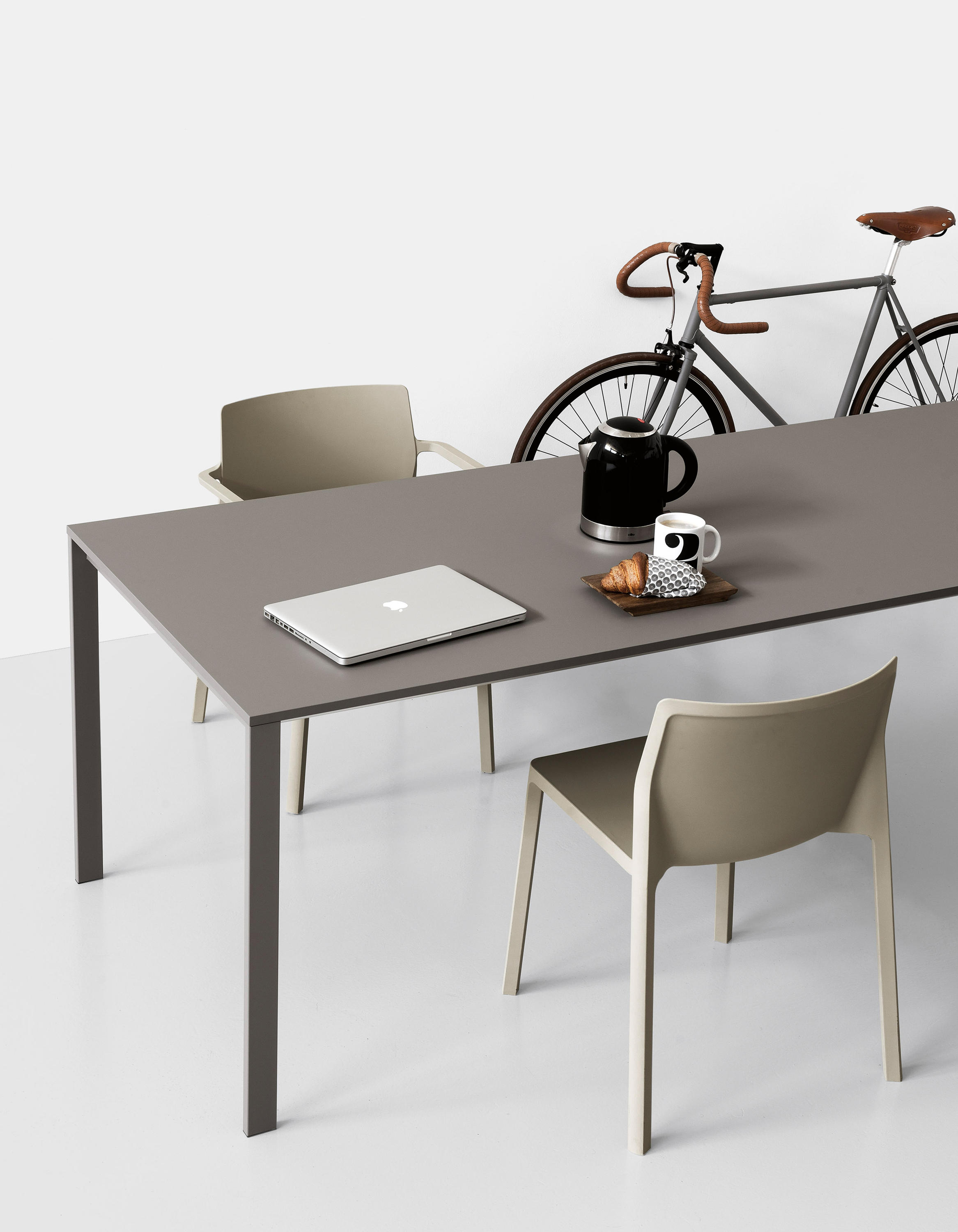 Be easy table meeting room tables from kristalia for Table kristalia