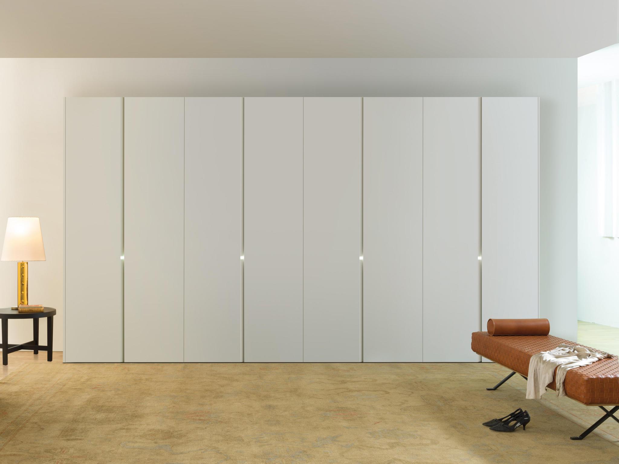 Белый шкаф.