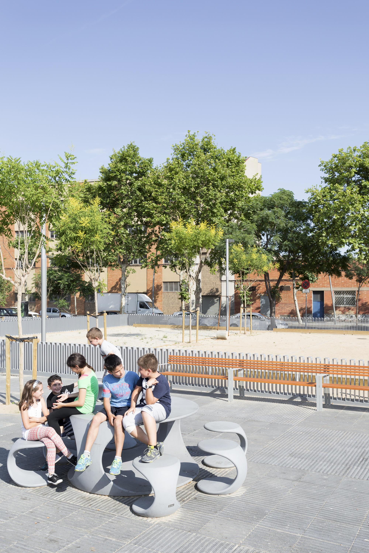 Odos panche e tavoli da esterno escofet 1886 architonic for Arredo urbano in inglese