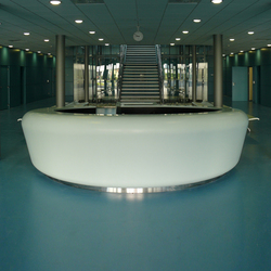 Whiteoval central counter | Banques d'accueil | AMOS DESIGN