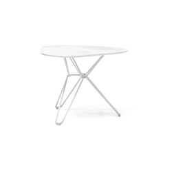 Tio Triangular Low Table Marble | Tables d'appoint | Massproductions
