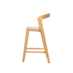 Play Barstool Low – Oak Natural Stained with ivory calf leather cushion | Chaises de restaurant | Wildspirit