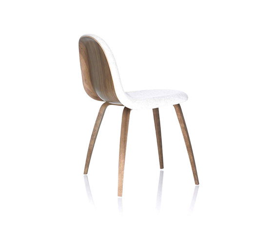 Gubi Chair – Wood Base de GUBI | Chaises de restaurant