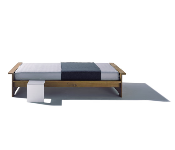 Moonwalker solid wood bed di Lampert | Letti matrimoniali
