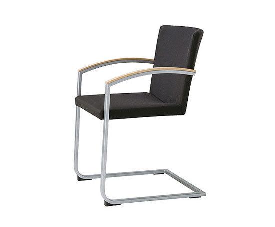 sign chair with armrests di Wiesner-Hager | Sedie visitatori