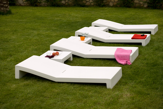 Jut sun bed by Vondom | Sun loungers
