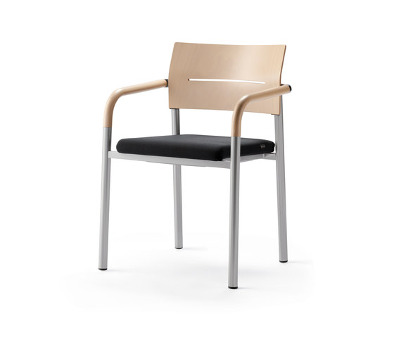 aluform_3 stacking chair with beech arms di Wiesner-Hager | Sedie visitatori