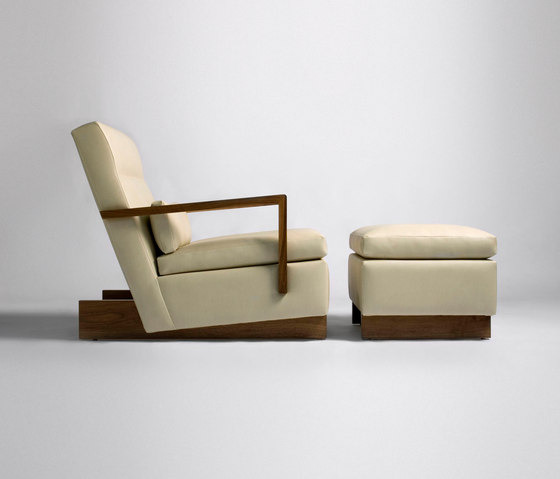 Trax Chair with Arms & Ottoman von Phase Design | Loungesessel