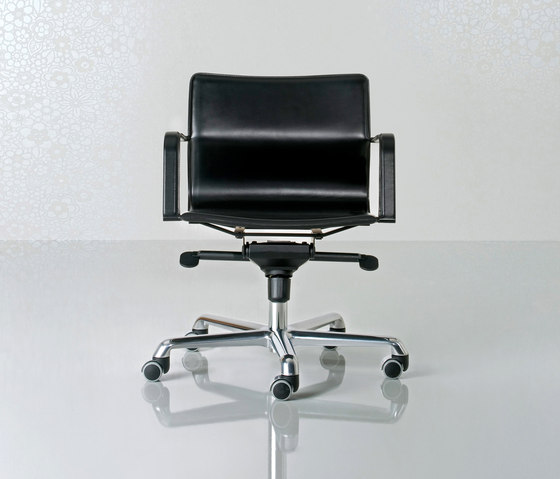 Lybra Swivel armchair low back de Enrico Pellizzoni | Sillas de oficina