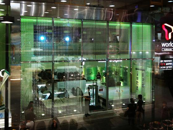 powerglass® media façade: SK Telecom de Peter Platz Spezialglas | Façades