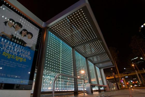 powerglass® media façade: bus shelter di Peter Platz Spezialglas | Facade design