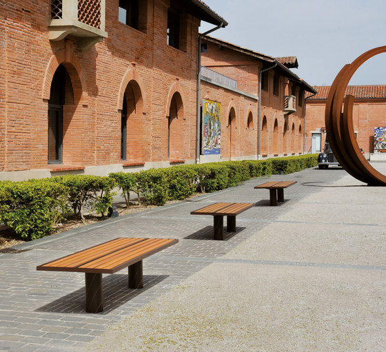 Toronto wood by area outdoor bench product for Meuble urbain