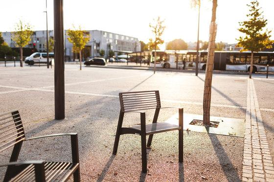 vera | Parkbank mit Rücken- und Armlehnen von mmcité | Außenstühle