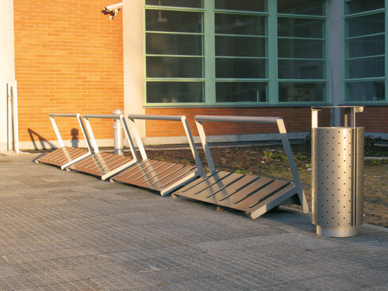 velo | One-sided bicycle stand with bar by mmcité | Bicycle stands