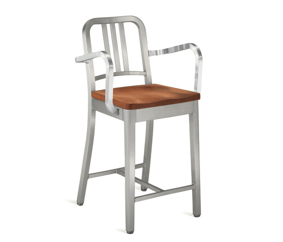 Navy® Counter stool with arms and natural wood seat de emeco | Tabourets de bar