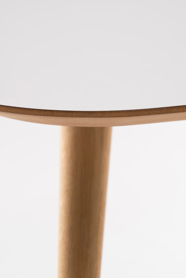 Pebble Table by De Vorm | Restaurant tables