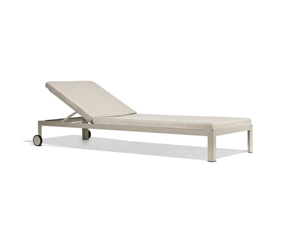Nak deckchair with wheels by Bivaq | Sun loungers