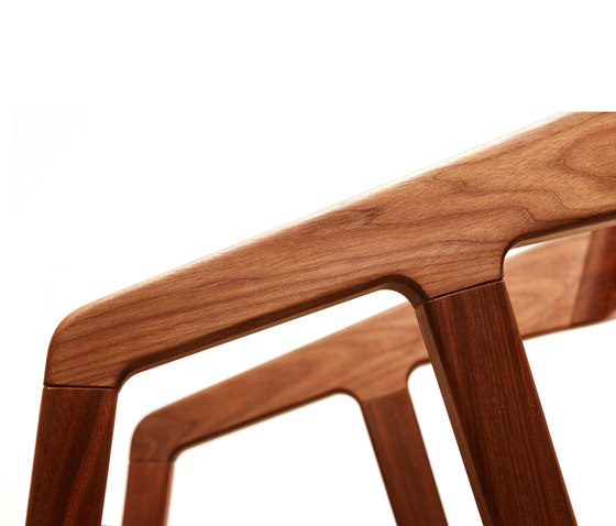 Katakana Bar Stool de Dare Studio | Taburetes de bar