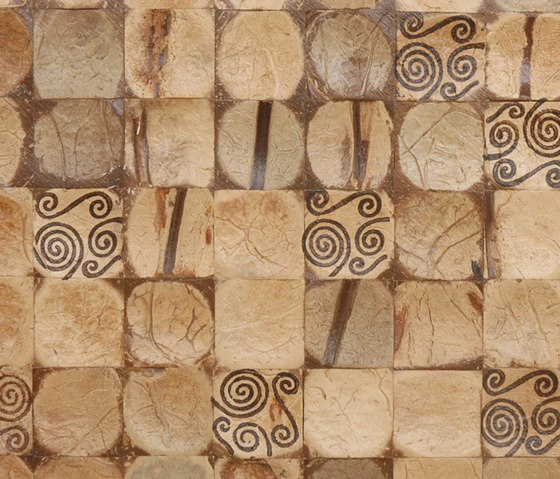 Cocomosaic tiles natural bliss with spiral brown stamp de Cocomosaic | Mosaicos de pared