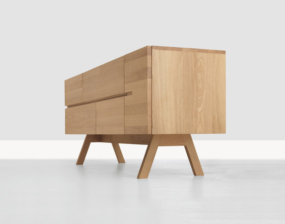 Low Atelierfuss von Zeitraum | Sideboards / Kommoden