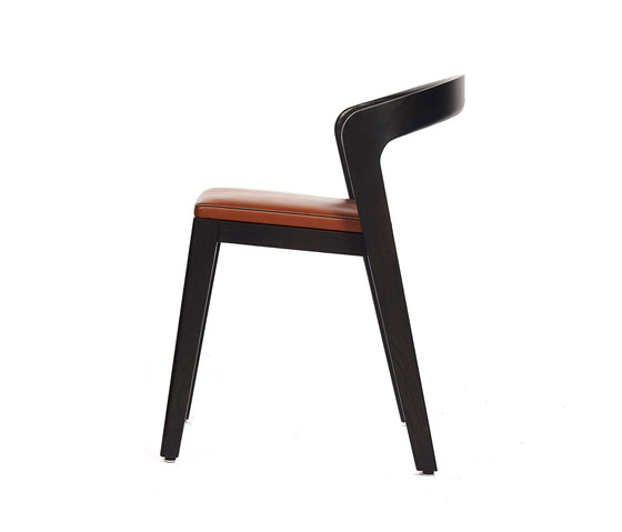 Play Chair – Oak Stained with camel calf leather cushion de Wildspirit | Chaises de restaurant