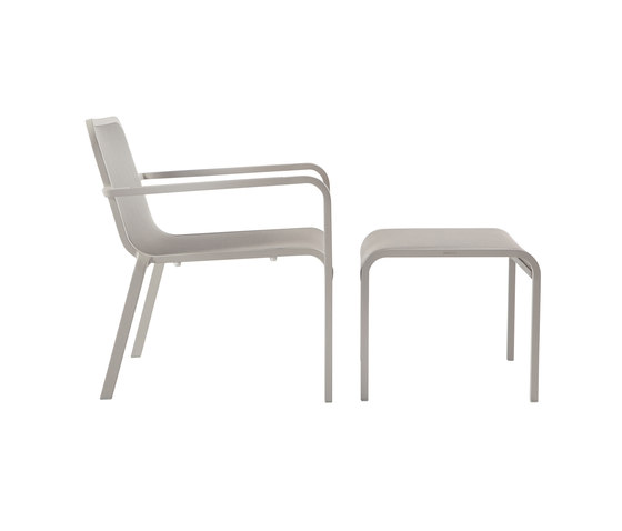 Helios chair with footstool/sidetable by Manutti | Garden armchairs
