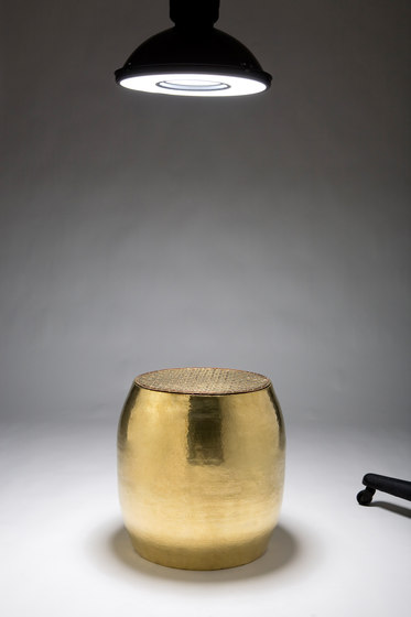 Pouf stool | side table di Karen Chekerdjian | Tavolini d'appoggio