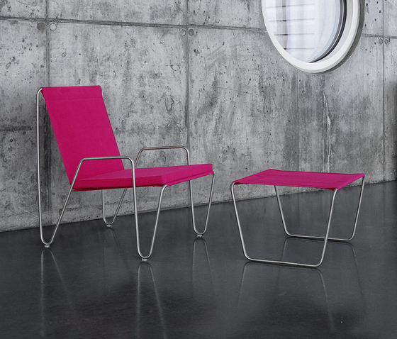 Panton Bachelor Chair with footstool | wild rose de Montana Møbler | Fauteuils de jardin