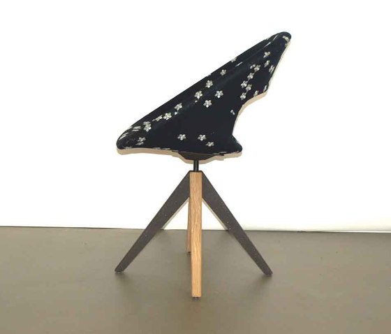 Diagonal Cross Legs Chair by dutchglobe | Visitors chairs / Side chairs