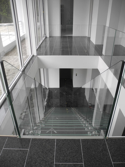 Mistral Glass Wall by Siller Treppen | Staircase systems
