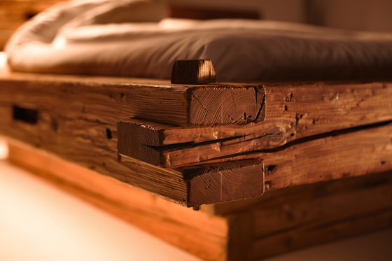 Old timber beam bed di Walser Möbel | Letti matrimoniali