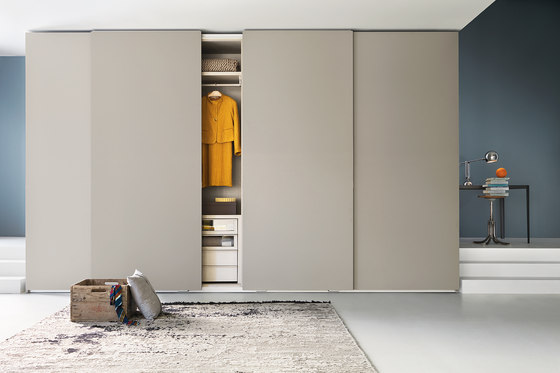 Armadio Traccia | Sliding door by LEMA | Cabinets