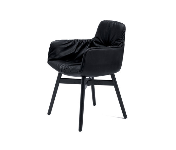 Leya | Armchair High with wooden frame with cross de Freifrau Sitzmöbelmanufaktur | Sillas