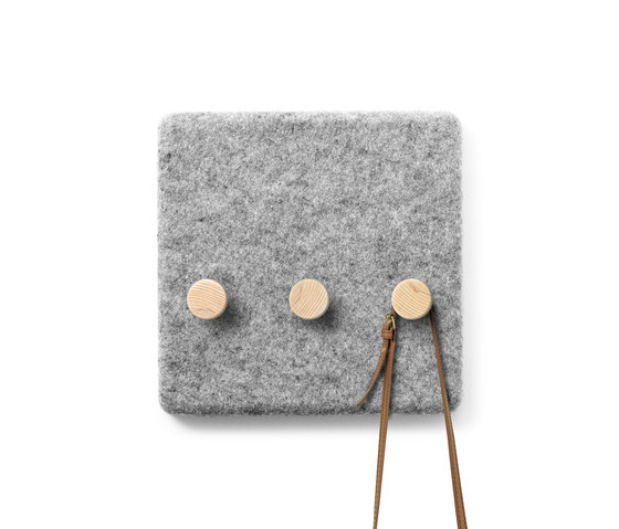 Felt Panel Coat Hanger di MENU | Guardaroba a muro