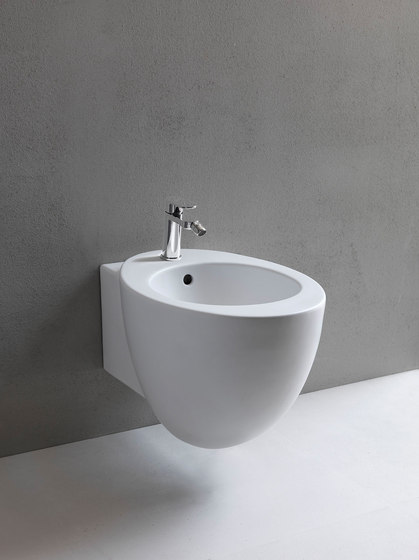 Le Giare reverse shape wall-hung bidet by Ceramica Cielo | Bidets